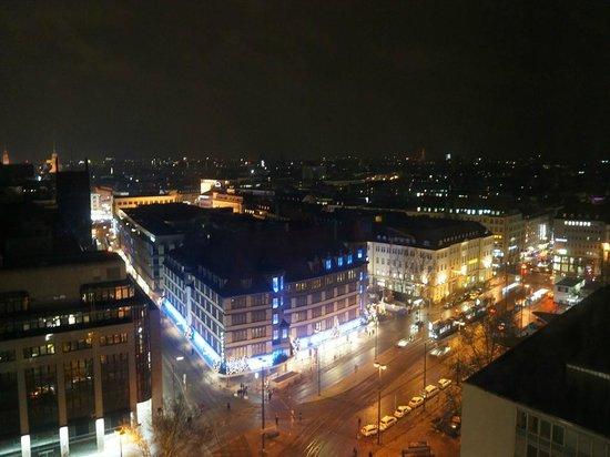 NH Muenchen Deutscher Kaiser: 14階の部屋から見た夜景。左中央に市庁あたりがあります
