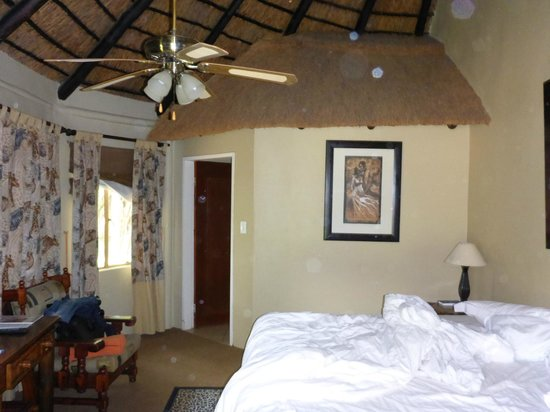 Ditholo Game Lodge: My room - view towards bathroom area
