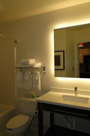Hawthorn Suites by Wyndham Greensboro: Bathroom