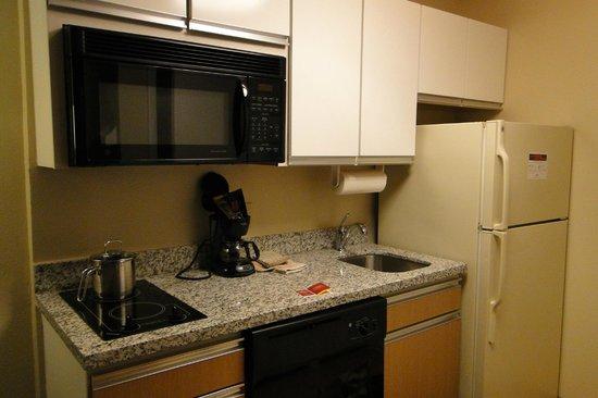 Hawthorn Suites by Wyndham Greensboro : Kitchen
