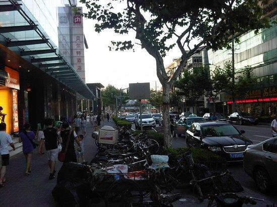 Pentahotel Shanghai : Dingxi Road devant le Penta hôtel