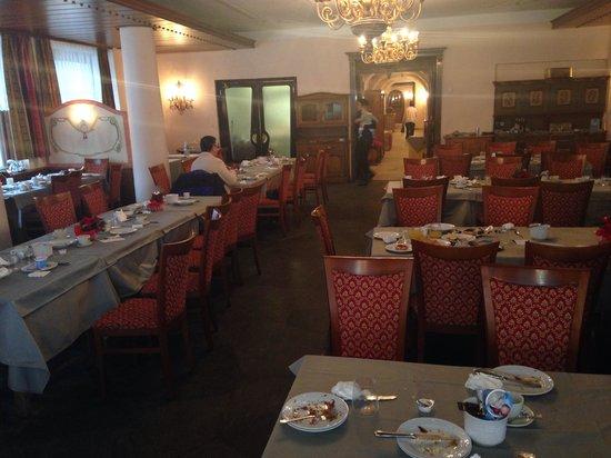 Parc Hotel Posta: Non si trova un tavolo sparecchiato. Resti su tutti i tavoli