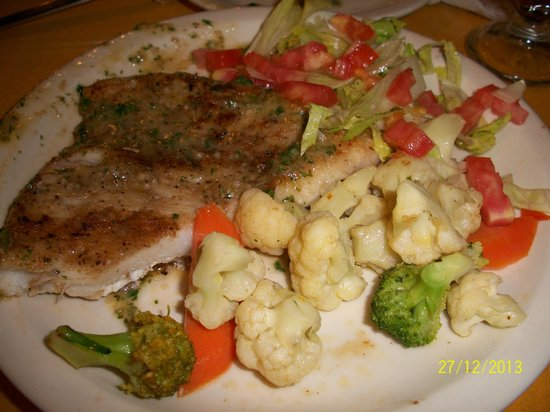 restaurante Boca chica: Corvina a la plancha with steamed vegetables and salad.