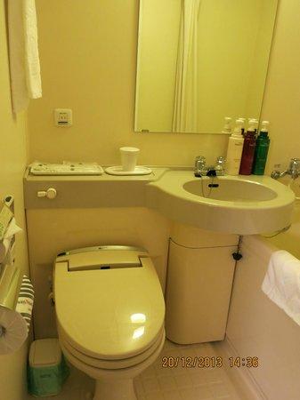 APA Hotel Kyoto Eki Horikawadori: compact bathroom