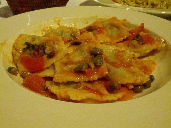 Ristorante Pizzeria La Fratta: Primo: tortelli con pomodoro, pistacchi e capperi