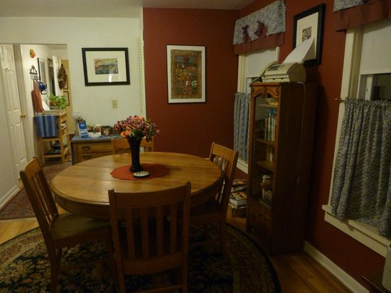House of Two Urns Bed and Breakfast: Second floor dining room