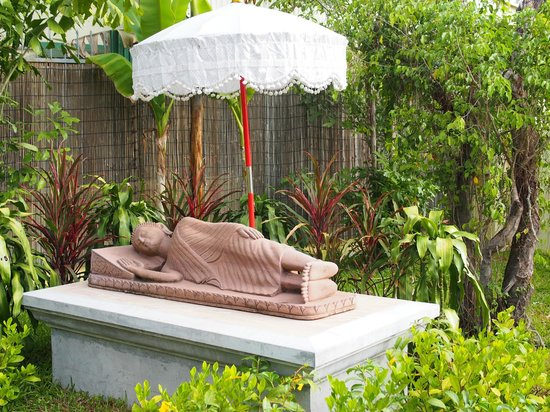 Pavillon d'Orient Boutique-Hotel: A reclining Buddha statue just beside the restaurant