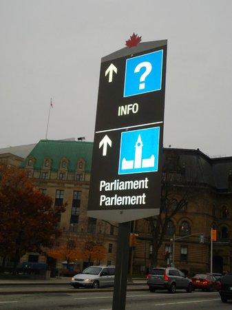 Peace Tower : Placa indicando sentido para o Parlamento