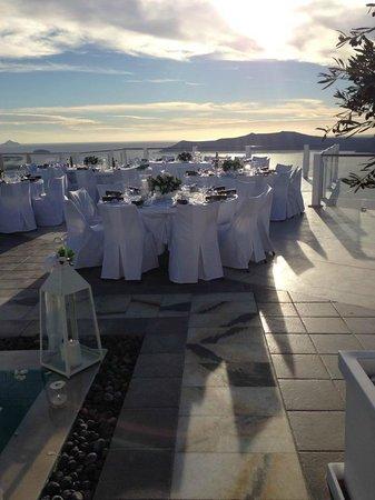 Rocabella Santorini Hotel & Spa: Upper pool deck, reception set up looking at caldera