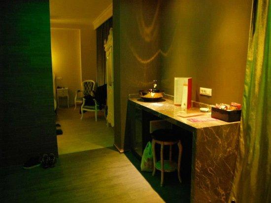 Mood Design Suites: Foyer in green room