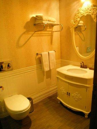 Mood Design Suites : Bathroom in green room