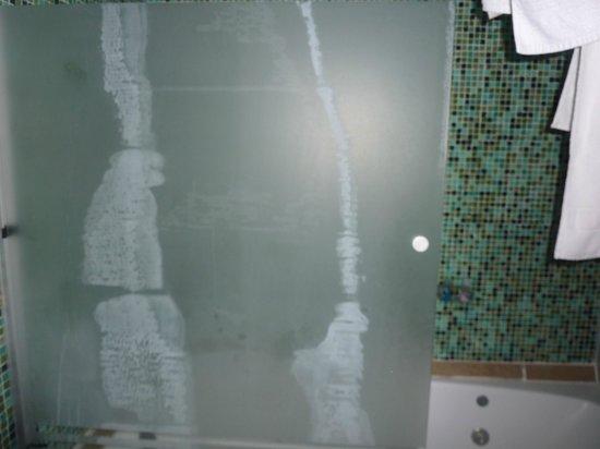 La Cantera Jungle Lodge: calcaire sur vitre de gaignoire