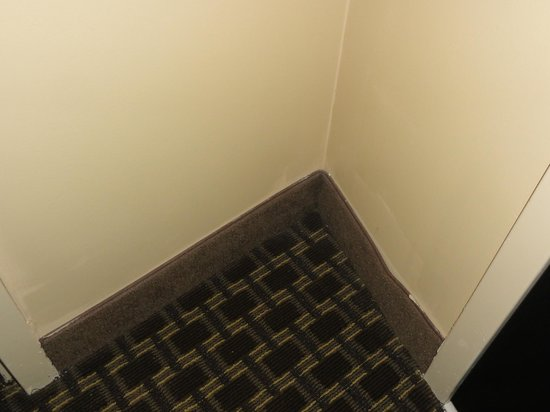 Comfort Suites Kingsport: Fit/finish (paint, baseboard, sheetrock) near room door