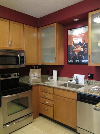 Residence Inn Toledo Maumee: kitchen