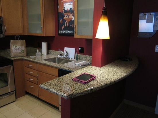 Residence Inn Toledo Maumee : kitchen