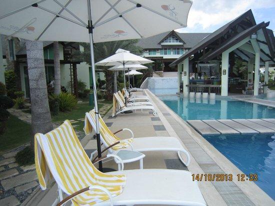 Acuatico Beach Resort & Hotel: pool and beach chairs