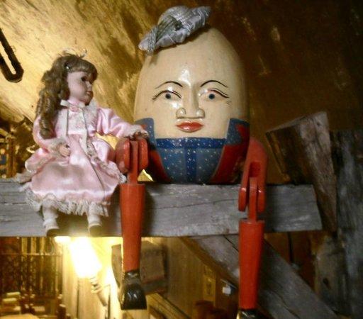 El Aljibe de San Pedro: Humpty Dumpty sat on a wall,....