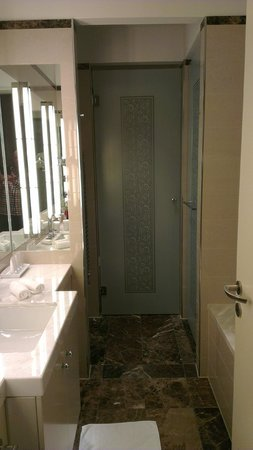 Palais Hansen Kempinski Vienna: Bathroom
