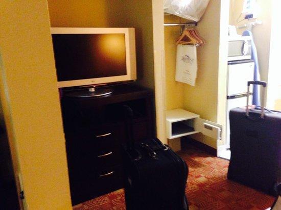 Comfort Inn: Tv, coffee maker and fridge