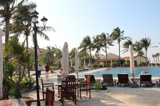 Victoria Hoi An Beach Resort & Spa : pool side bar area view