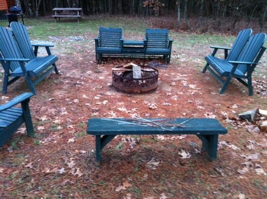 Rim Rock's Dogwood Cabins: Fire Pit area for Bear's Den