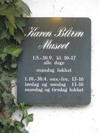 The Karen Blixen Museum: deur van museum met tijden