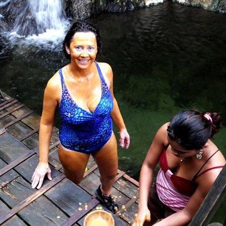 Hotel El Estadio: Marita getting mud applied