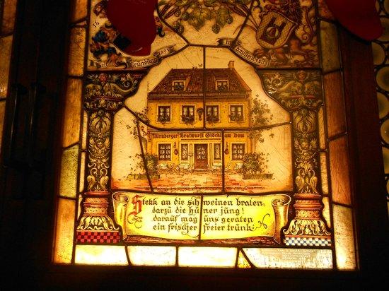 Gaststatte Nurnberger Bratwurst Glockl am Dom: Particolare della finestra