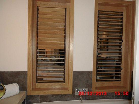 Dolce CampoReal Lisboa : Bathroom windows