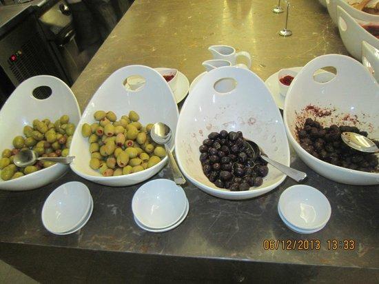 Ramada Istanbul Grand Bazaar : olives at breakfast
