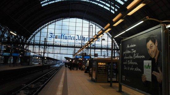 United Hostel Frankfurt City Center: Estação de trem proximo ao hotel.