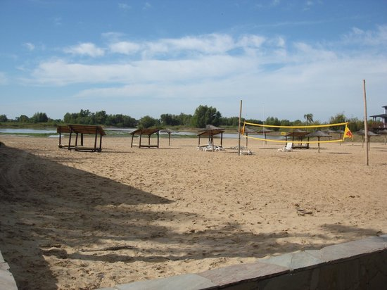 Howard Johnson Hotel & Marinas San Pedro Resort: Una playita con cancha de voley