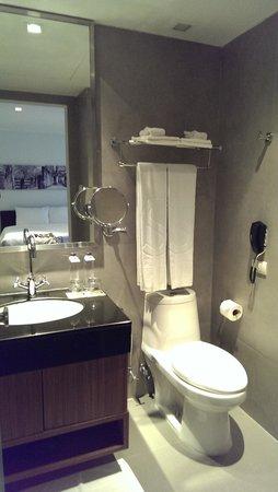 S33 Compact Sukhumvit Hotel: clean modern bathroom