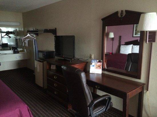 Star Plus Inn & Suites: room