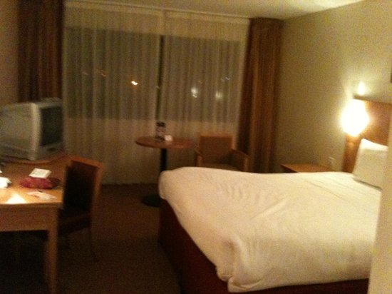 Aspect Hotel Parkwest : Comfortable bed.. Nice room