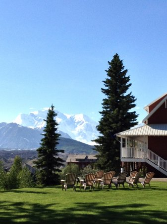 Kennicott Glacier Lodge: Hotel Grounds Nice Grassy Sitting Area