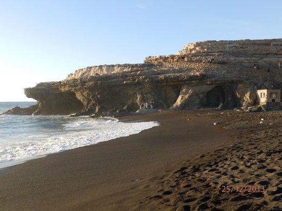 Cross Island: AJUY au sud ouest plage de sable noir
