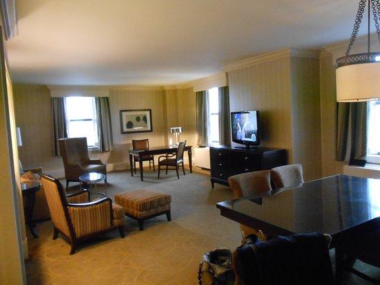 Renaissance Cleveland Hotel: spacious suite