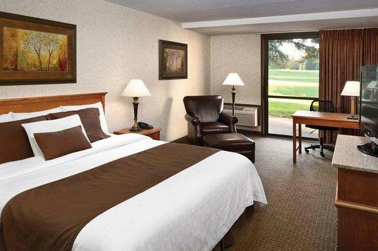 Arrowwood Resort and Conference Center: King Golf Guestroom