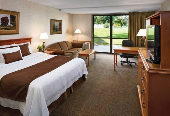 Arrowwood Resort and Conference Center: King Suite Golf Guestroom
