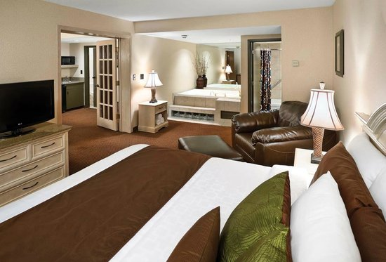 Arrowwood Resort and Conference Center: Whirlpool Suite Bedroom