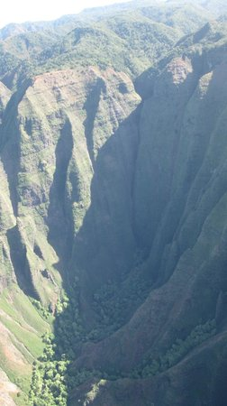 Mauna Loa Helicopters Tours: Deep valleys in the Napali coast