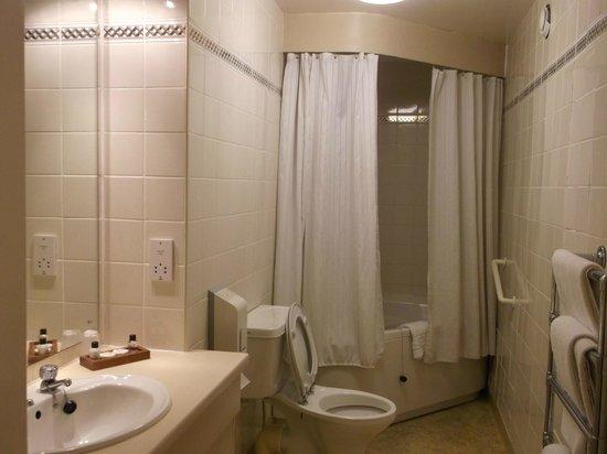 Golden Lion Hotel: Large Bathroom