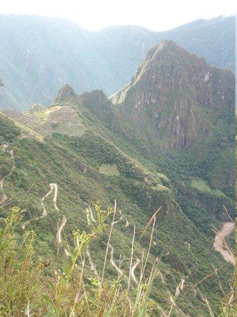 Intipuncu: En la ladera de la montaña se ve el camino que lleva a Machu Picchu