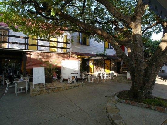 C&C Wine Bar: Beautiful setting inside a courtyard.