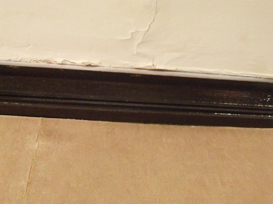 Britannia Lodge Gatwick: Cracked walls against the skirting