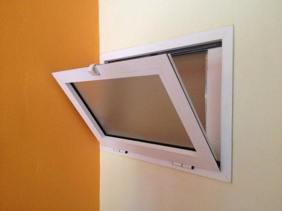 Morasol Atlantico: Aquí se puede ver la ventana de la cocina completamente sellada.