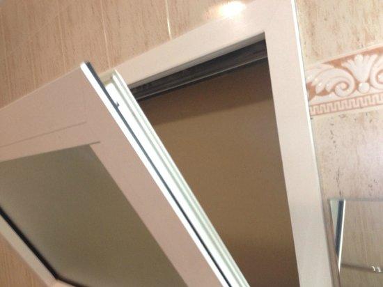 Morasol Atlantico: Aquí se puede ver la ventana del baño sellada.