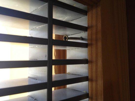 Apartmentos Morasol: Ventanas con barrotes nada seguros...