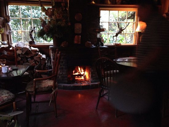 Deetjen's Big Sur Inn : dining room always with a cozy fire during cool months